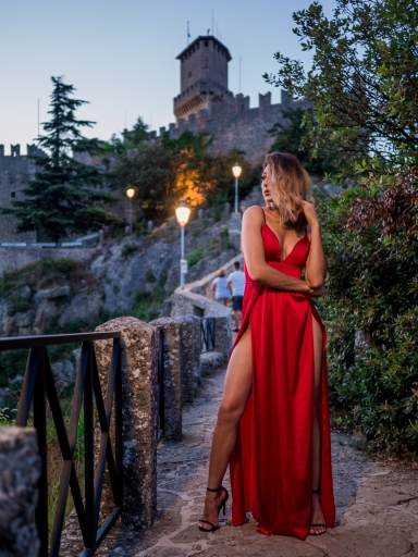 Photo-shoot-model-in-medieval-borgo-san-marino