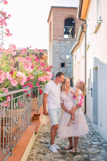 Romantic-family-photo-shoot-in-the-nature-in-italy-for-holidays