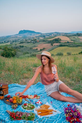 Panoramic-photo-shoot-picnic-friends-romagna-hills-rimini-italy